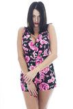 Attraktiv ung kvinna som bär en korta blom- Playsuit Royaltyfri Foto
