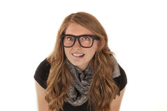 Attraktiv ung kvinna som biter hennes bärande exponeringsglas för kant Royaltyfria Bilder