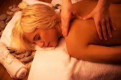Attraktiv ung kvinna som får avslappnande massage royaltyfri foto
