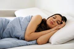 Attraktiv ung kvinna som fridfullt sover arkivfoton