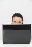 Attraktiv ung kvinna som hemma arbetar på hennes bärbar dator Royaltyfri Bild
