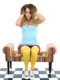 Attraktiv ung kvinna som leker med henne hår Arkivbilder