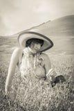 Attraktiv ung kvinna som ligger på gräs arkivbilder