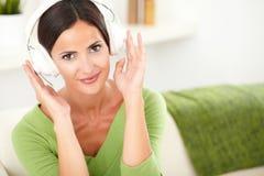Attraktiv ung kvinna som lyssnar till musik Royaltyfria Foton