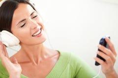 Attraktiv ung kvinna som lyssnar till musik Royaltyfri Bild