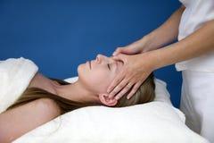 Attraktiv ung kvinna som masseras Arkivbilder