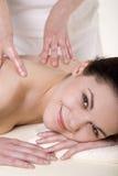 Attraktiv ung kvinna som masseras Royaltyfri Bild