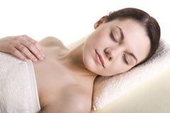 Attraktiv ung kvinna som masseras Royaltyfri Fotografi