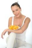Attraktiv ung kvinna som rymmer en platta av klippta apelsiner Arkivbilder