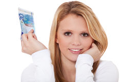 Attraktiv ung kvinna som rymmer euro 20 Royaltyfri Bild