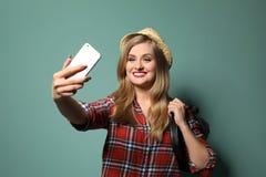 Attraktiv ung kvinna som tar selfi arkivfoto