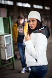 Attraktiv ung kvinna som väntar på hennes pojkvän Fotografering för Bildbyråer
