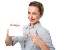 Attraktiv ung kvinna som visar det tomma tomma tecknet för pappers- kort med kopieringsutrymme för text Arkivfoto
