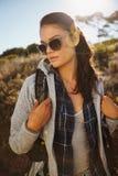 Attraktiv ung kvinnlig fotvandrare i natur arkivbilder