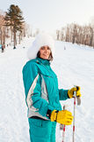 Attraktiv ung kvinnlig på en skidasemesterort Arkivfoto
