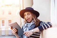 Attraktiv ung kvinnlig turist som pratar med kollegor som utomlands talar om hennes affärsföretag, medan stå på cityscape Arkivfoto