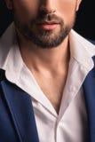 Attraktiv ung man med skägget i dräkt arkivfoto