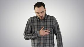Attraktiv ung man som är trött, når att ha kört på lutningbakgrund arkivfoton