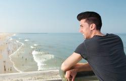 Attraktiv ung man som ler på stranden Arkivbilder
