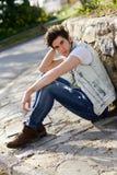 Attraktiv ung stilig man, modell av mode i stads- backgro Arkivfoton