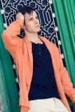 Attraktiv ung stilig man, modell av mode i stads- backgro Royaltyfri Foto