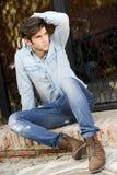 Attraktiv ung stilig man, modell av mode i stads- backgro royaltyfri fotografi