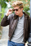 Attraktiv ung stilig man, modell av mode i stads- backgro Royaltyfria Bilder