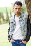 Attraktiv ung stilig man, modell av mode i stads- backgro Fotografering för Bildbyråer