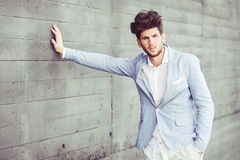 Attraktiv ung stilig man, modell av mode i stads- backgro Arkivbild