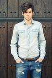 Attraktiv ung stilig man, modell av mode i stads- bakgrund royaltyfria foton