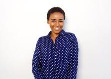 Attraktiv ung svart kvinna som ler mot isolerad vit bakgrund royaltyfri bild