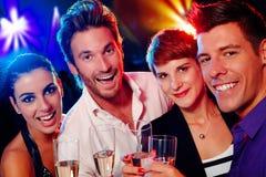 Attraktiv ungdomar i nattklubb Arkivfoton