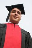 attraktiv universitetar för man för dagkappaavläggande av examen royaltyfria foton