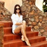 Attraktiv utomhus- stående för ung kvinna Royaltyfria Bilder