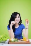 Attraktiv vegetarisk flicka med tomaten Arkivbild