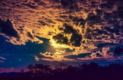 Attraktiv vom erstaunliches Golddunklen nächtlichen Himmel mit Sternen und bewölkt Stockbild