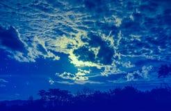 Attraktiv von erstaunlichem blauem dunklem nächtlichem Himmel mit Sternen und bewölkt Lizenzfreies Stockfoto