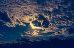 Attraktiv von erstaunlichem blauem dunklem nächtlichem Himmel mit Sternen und bewölkt Lizenzfreie Stockfotos