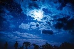 Attraktiv von erstaunlichem blauem dunklem nächtlichem Himmel mit Sternen und bewölkt Lizenzfreies Stockbild