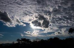 Attraktiv von erstaunlichem Himmel mit bewölktem und vom Schattenbild des Baums Ou Lizenzfreies Stockfoto