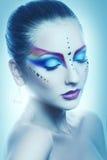 Attraktiv vuxen kvinna med flerfärgad makeup i kalla signaler Fotografering för Bildbyråer