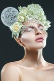 Attraktiv vuxen kvinna med mjuk makeup och idérik accessori Royaltyfri Bild