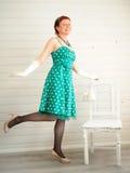 Attraktiv vuxen kvinna som bär den prickiga gröna klänningen Royaltyfri Fotografi