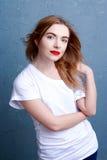 attraktiv white för flickaskjorta t Arkivfoton