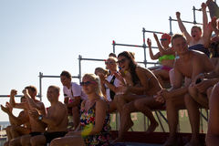 Attraktiva åskådare på estländska strandfotbollmästerskap Royaltyfri Fotografi