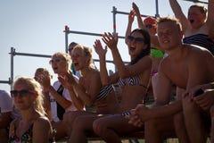Attraktiva åskådare på estländska strandfotbollmästerskap Arkivfoto
