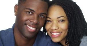 Attraktiva afrikansk amerikanpar framme av vit bakgrund Arkivfoton