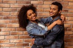 Attraktiva Afro--amerikan par Fotografering för Bildbyråer