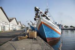 Attraktiva blåa färgrika fiskebåtar i Indonesien Arkivfoto