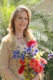 attraktiva blommakvinnor Arkivbild
